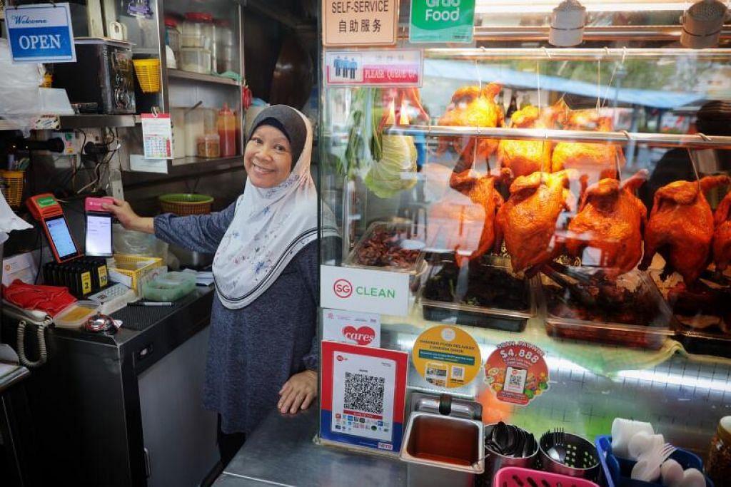 PERNIAGAAN LAMA GUNA TEKNOLOGI BARU: Gerai Putri Hana yang asalnya ditubuhkan lebih empat dekad lalu dan kini dikendali penjaja generasi kedua, Cik Rokiah Hamzah, menawarkan khidmat e-pembayaran melalui kaedah Kod Respons Pantas Singapura (SGQR) sejak tahun lalu.