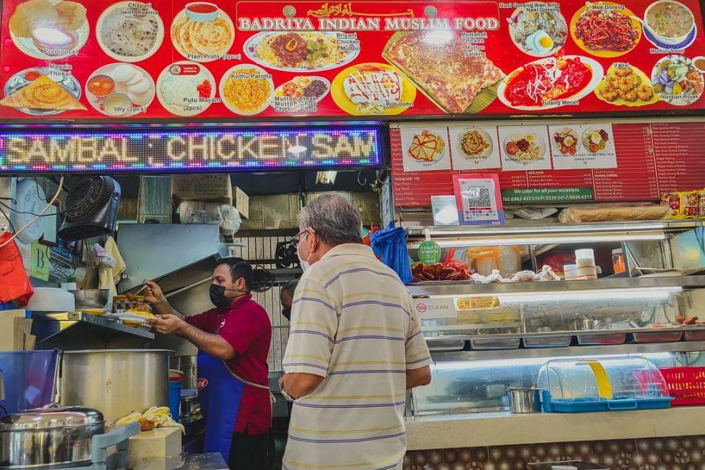 TAWAR E-PEMBAYARAN: Gerai makanan Badriya Indian Muslim Food yang terletak di Jurong West St 41 menawarkan khidmat e-pembayaran melalui kaedah Kod Respons Pantas Singapura (SGQR).