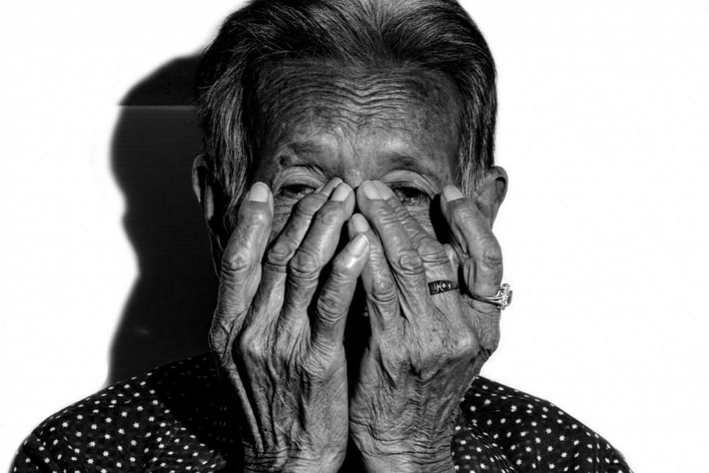 APABILA DEMENSIA SEMAKIN MEMBURUK: Pada tahap teruk, pesakit demensia ada kalanya mula merepek dan bercakap banyak perkara yang tidak masuk akal, termasuk lupa nama anak sendiri dan tidak ingat perkara penting iaitu alamat rumah serta di mana beliau letakkan barang-barang tertentu seperti kunci kereta. Pesakit juga boleh jadi agresif dan menjerit. - Foto ISTOCKPHOTO