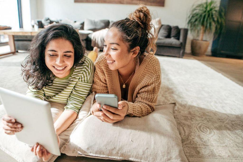 MENGHARGAI HUBUNGAN DIGITAL: Golongan milenial dibesarkan dalam era teknologi yang serba pantas dan mengenali dunia yang tiada keterbatasan akses kepada maklumat. Oleh itu, sebagai ibu bapa, mereka akan lebih mengamalkan keibubapaan digital (digital parenting). Dengan penggunaan teknologi dengan bertanggungjawab dan sesuai dengan peringkat umur anak, ia dapat meningkatkan peluang pembelajaran dan mengeratkan hubungan antara ibu bapa dan anak-anak. - Foto ISTOCKPHOTO