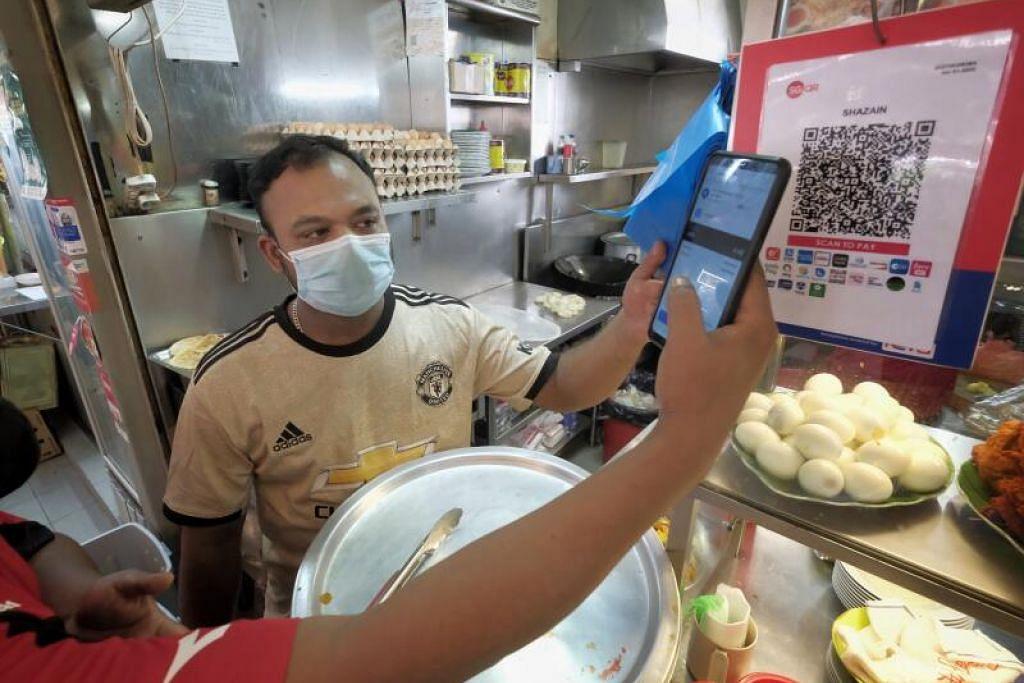 BERWASPADA TERHADAP PENIPUAN: Sedang hampir 50 peratus pelanggan gerai Encik Syed Ibrahimsha Ameer Hamsa di Tiong Bahru menggunakan e-pembayaran SGQR, pegerai ini berwaspada terhadap mereka yang cuba menipu semasa membayar menggunakan wadah itu.