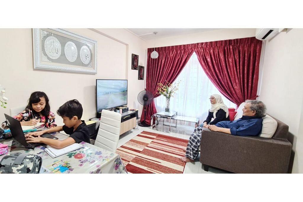 SELESA DI RUMAH BARU: Cik Hamidah bersama suaminya, Encik Abdul Rahim, serta cucu-cucunya Aura Carmelia Mohamed Aidil dan Eden Mohd Matin Mohamed Aidil selesa di rumah baru mereka di Canberra. - Foto HDB