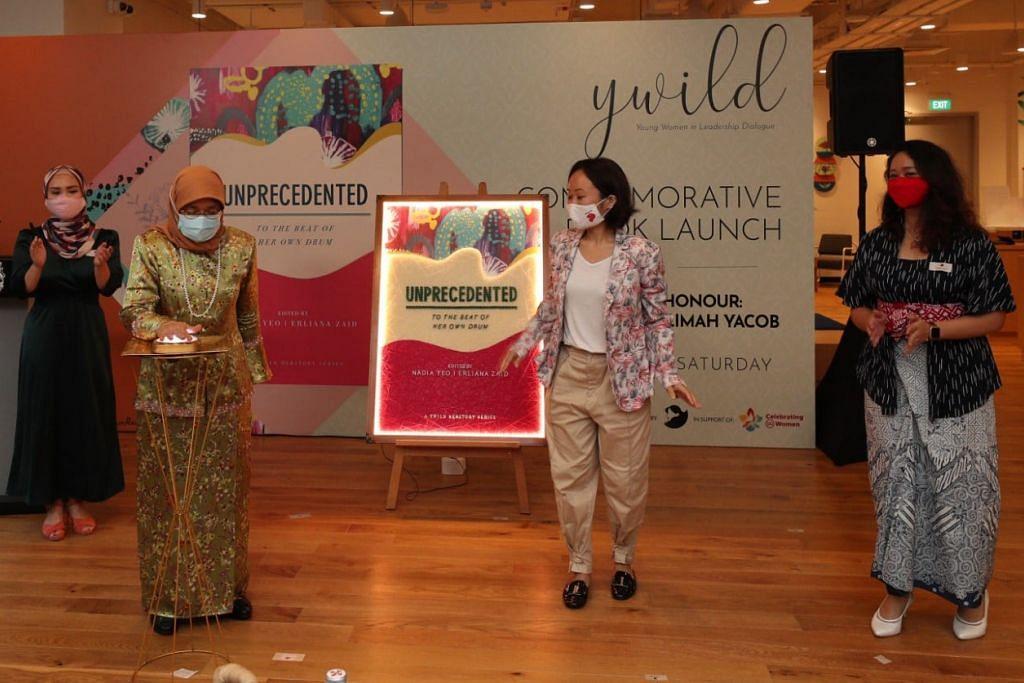 Presiden Halimah Yacob (dua dari kiri) di majlis pelancaran buku Dialog Wanita Muda dalam Kepimpinan (YWILD) yang dinamakan Unprecedented – To the Beat of Her Own Drum di WeWork Funan pagi tadi.