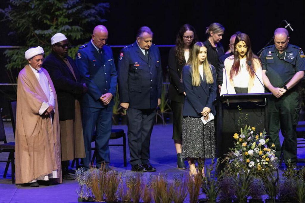 MENGENANG PERISTIWA BERDARAH: Anggota keluarga serangan dua masjid di Christchurch, New Zealand, membaca nama-nama yang terkorban di upacara memperingati peristiwa ini. - Foto EPA/EFE//MARTIN HUNTER AUSTRALIA AND NEW ZEALAND OUT