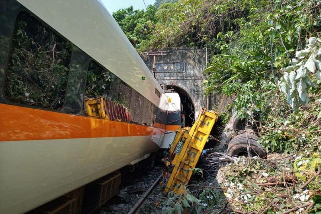 TERGELINCIR DALAM TEROWONG: Sebuah kereta api yang membawa 350 penumpang tergelincir dalam satu terowong di Taiwan pada Jumaat (2 April).