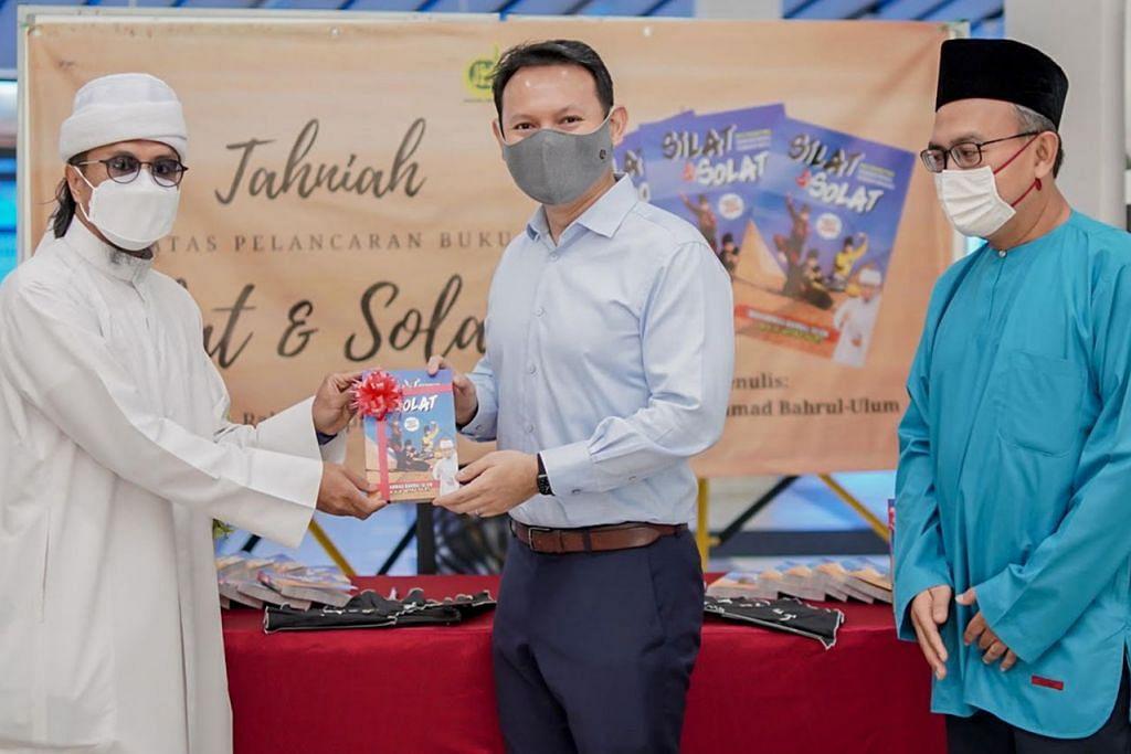 """PELANCARAN BUKU: Encik Zaqy Mohamad (tengah) telah merasmikan penjualan buku """"Silat & Solat"""" oleh Ustaz Mohamad Bahrul-Ulum Buang (kiri). Turut hadir ialah Pengerusi Eksekutif Masjid An-Nur, Encik Khalid Shukur Bakri (kanan). – Foto BH oleh NUR DIYANA TAHA"""