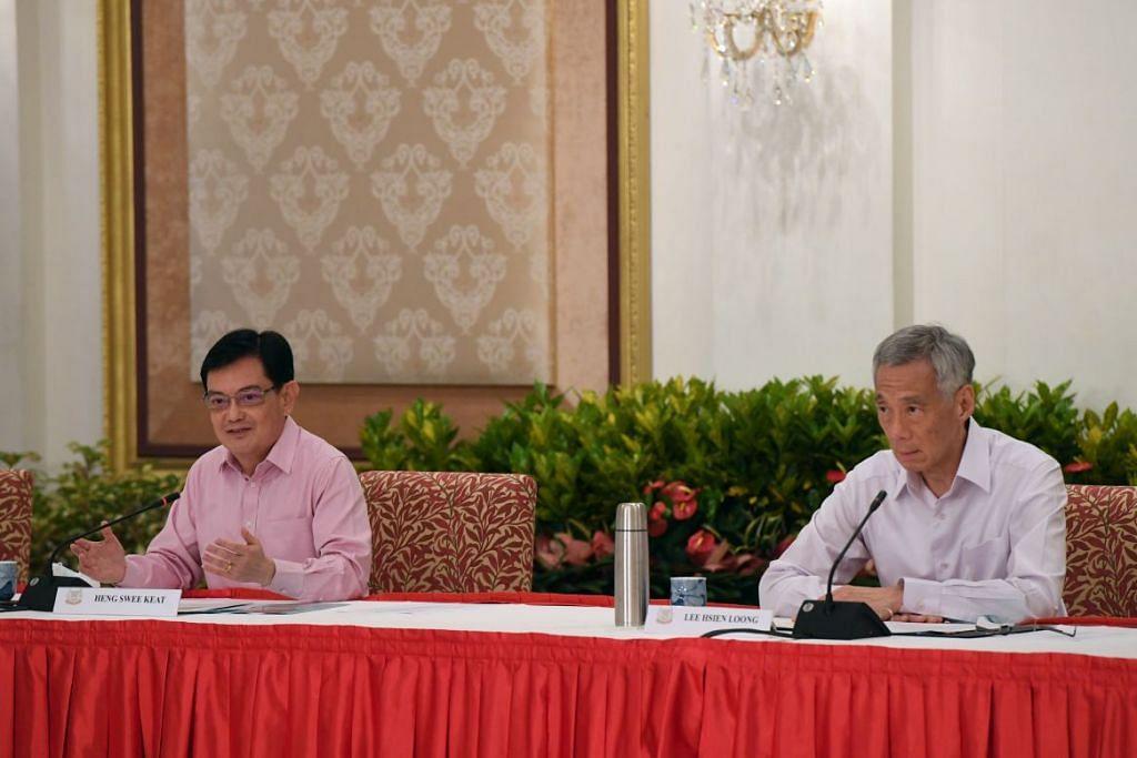 UNDUR DIRI: DPM Heng (kiri) bercakap kepada media di sidang media di Istana pada Khamis (8 April), di mana beliau mengumumkan keputusannya untuk mengundur diri sebagai ketua pasukan kepimpinan generasi keempat (4G). Keputusan itu juga bermakna DPM Heng tidak lagi dianggap sebagai bakal Perdana Menteri.  Di sebelahnya adalah Perdana Menteri Lee Hsien Loong, yang bersetuju kekal menyandang jawatan itu sehingga pasukan 4G memilih ketua baru dan ketua itu bersedia menggantikan Encik Heng.