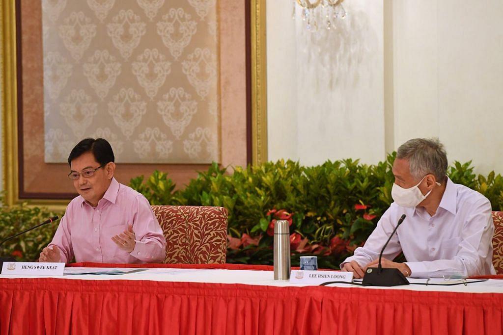 KEPUTUSAN SUKAR: DPM Heng (kiri) dalam suratnya kepada PM Lee (kanan) telah menyebut usia dan keperluan masa serta tenaga yang banyak untuk menjalankan tugas sebagai Perdana Menteri antara faktor beliau membuat keputusan sukar menarik diri sebagai pemimpin 4G. – Foto BH oleh DESMOND FOO