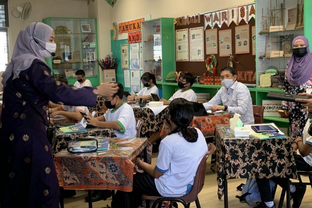 SERTAI KELAS BAHASA MELAYU: Dr Mohd Maliki Osman (duduk, dua dari kanan) menyertai kelas Bahasa Melayu yang dijalankan di Sekolah Rendah Westwood menggunakan buku Siri Nabil Nabilah.