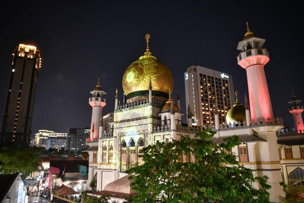 SINAR RAMADAN: Antara tarikan kempen Ramadan di Kampong Gelam ialah pameran lampu, diberi nama Cahaya Gelam, yang dipaparkan ke muka bangunan Masjid Sultan.