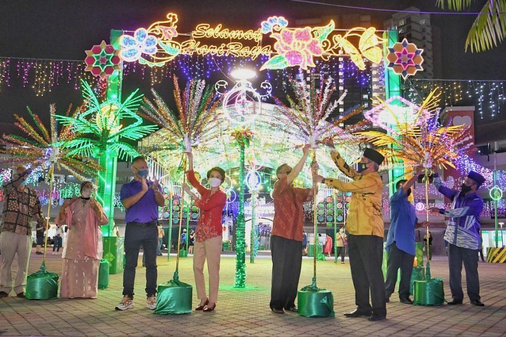 SINAR DI BARAT: Inisiatif penyalaan lampu di Bukit Batok West Avenue 5 pada 11 April 2021 dihadiri (dari kiri) Encik Goh Thiam Chwee, Cik Low Yen Ling, Encik Gan Kim Yong dan Ustaz Mohamed Ali.