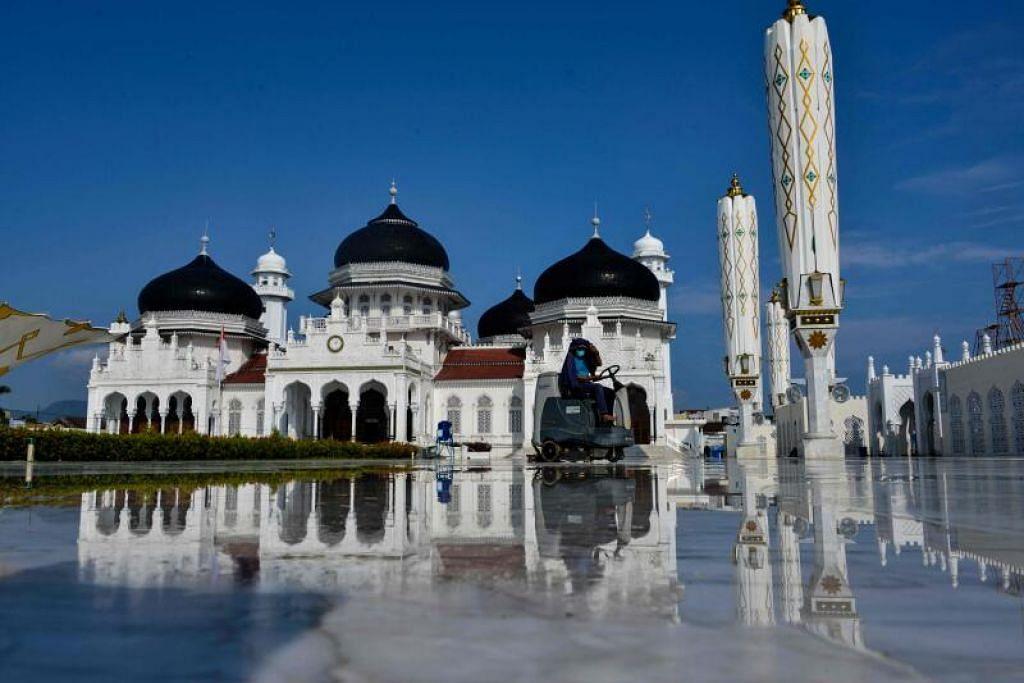 Seorang pekerja menunggang pembersih lantai untuk membersihkan Masjid Besar Baiturrahman menjelang awal bulan suci Ramadan di Banda Aceh, Indonesia. - Foto AFP