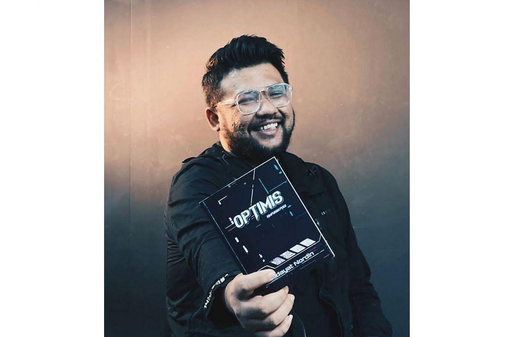 PENUH HARAPAN: Encik Hidayat Nordin (atas) bersama karyanya, 'Optimis', yang turut mendapat pujian Nadiputra semasa di majlis pelancaran buku itu. - Foto-Foto ihsan NUR MUHAMMAD HIDAYAT NORDIN