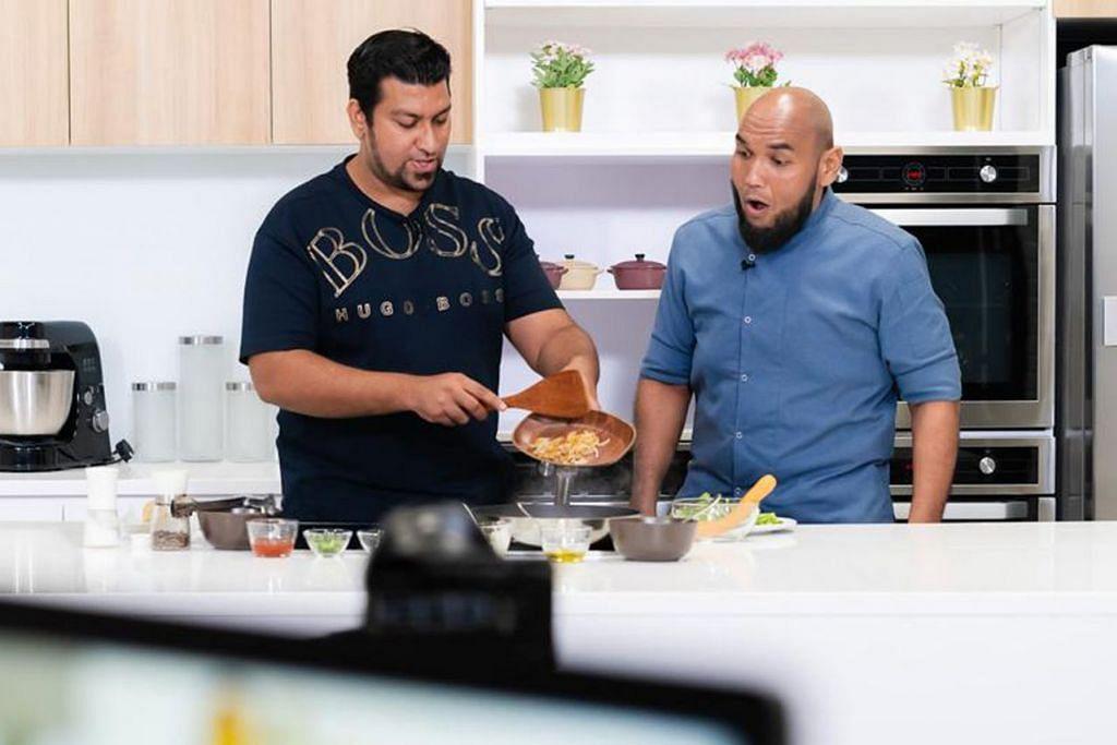 JAMIL MAKAN 'HIPSTER': Cef Bob (kanan) dan Encik Amir menunjukkan cara membuat Buffalo Cheesesteak Hotdog dalam segmen Makan Hipster episod kedua edisi Ramadan The BM Show. - Foto BH oleh HASIF AZMI