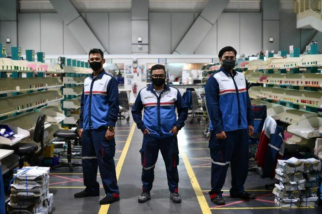 (Dari kiri) Encik Aizuddin, Encik Azrizal dan Encik Khairul merupakan posmen di bawah SingPost yang sudah sekian lama belum pulang ke Malaysia sejak sempadan antara kedua-kedua negara ditutup tahun lalu.