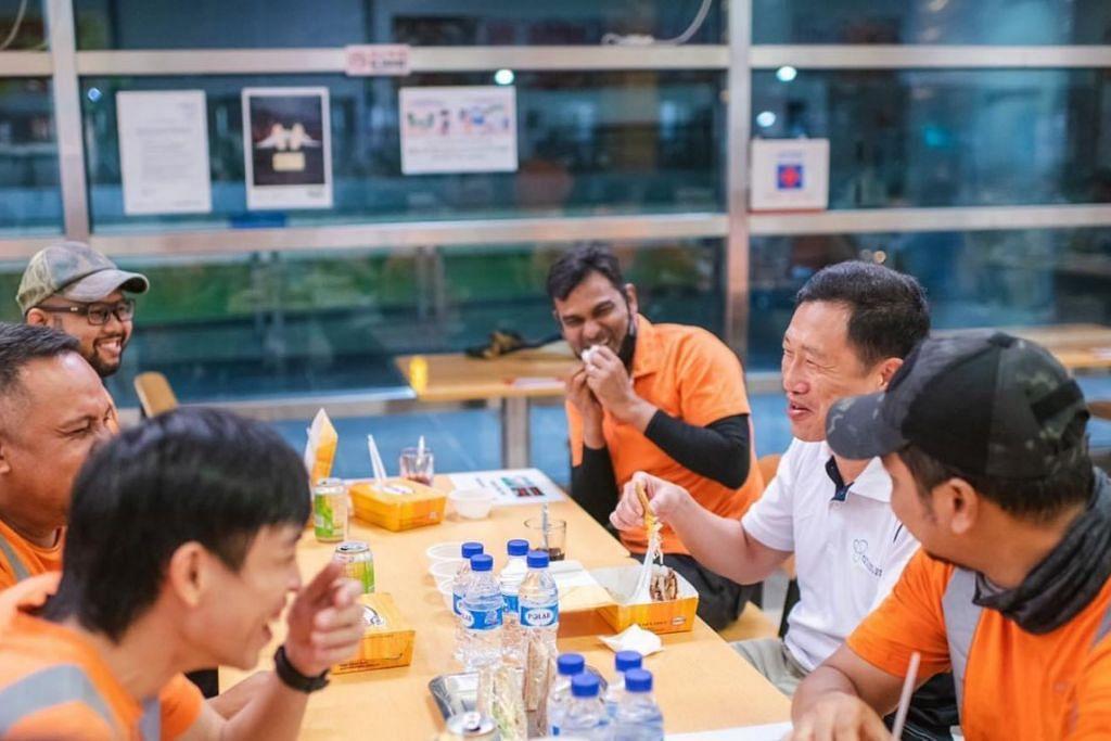 PENGHARGAAN BUAT PENGORBANAN PEKERJA: Encik Ong Ye Kung (dua dari kanan) bersembang sambil bersahur dengan pekerja Islam di SBS Transit Ltd yang menyenggara kereta api di Depoh Sengkang pada awal pagi Sabtu (17 April). - Foto-foto FACEBOOK ONG YE KUNG