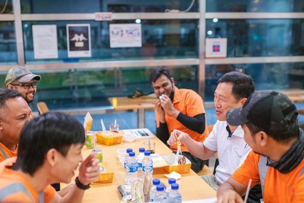 SERTAI MAJLIS BERSAHUR: Encik Ong Ye Kung makan bersama beberapa pekerja SBS Transit Ltd di Depoh Sengkang semalam menghargai pengorbanan masa dan tenaga mereka menjalankan kerja penyenggaraan kereta api pada waktu malam. - Foto FACEBOOK ONG YE KUNG