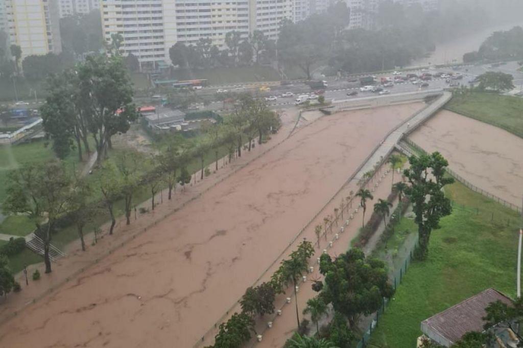 Banjir di Penghubung Taman Ulu Pandan selepas hujan lebat pada 17 April 2021.