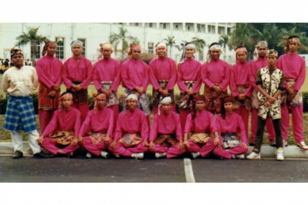 RAKAMAN KENANGAN: Kumpulan 'Alang Ikan Duyung' pimpinan Hamid Osman (paling kiri) semasa menyertai Pertandingan Dikir Barat Nasional anjuran Majlis Pusat, yang julung-julung kali diadakan pada 1990. Ia meraih kemenangan bagi seni kata terbaik, tukang karut terbaik, dan juara keseluruhan. Gambar dirakamkan di kawasan tapak bekas lapangan terbang Kallang. - Foto ihsan HAMID OSMAN