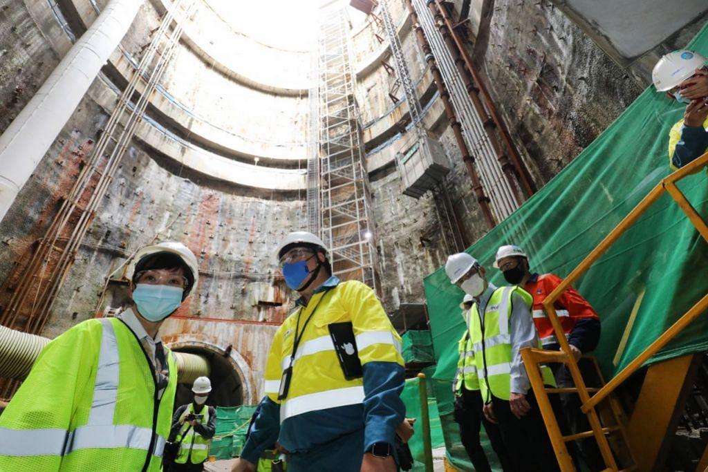 LAKUKAN LAWATAN: Menteri Kemampanan dan Sekitaran, Cik Grace Fu (kiri), melakukan lawatan ke Fasa Kedua Sistem Pembetungan Terowong Dalam (DTSS) semalam. - Foto ZAOBAO