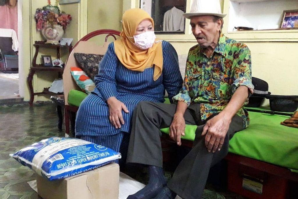 MASIH SIHAT: Pelawak Mat Sentol (kanan) dikunjungi Pengerusi Jawatankuasa Pembangunan Wanita dan Masyarakat Johor, Zaiton Ismail. - Foto KOSMO