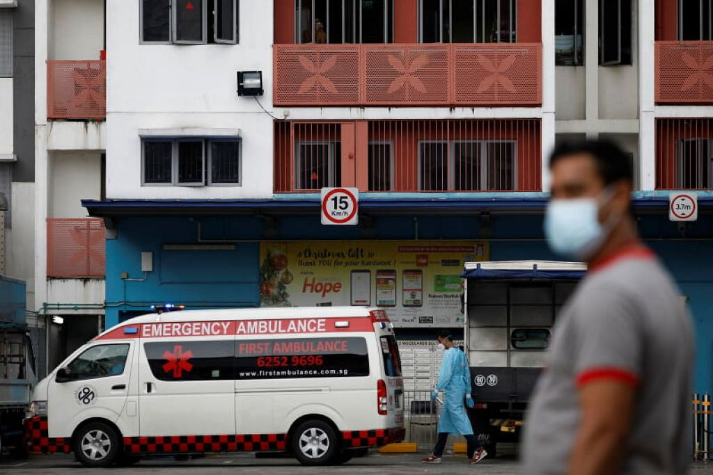 LANGKAH TANGKAS: Ambulans berada di Dormitori Westlite Woodlands selepas beberapa pekerja asing yang sudah pulih dikesan mendapat Covid-19. - Foto REUTERS