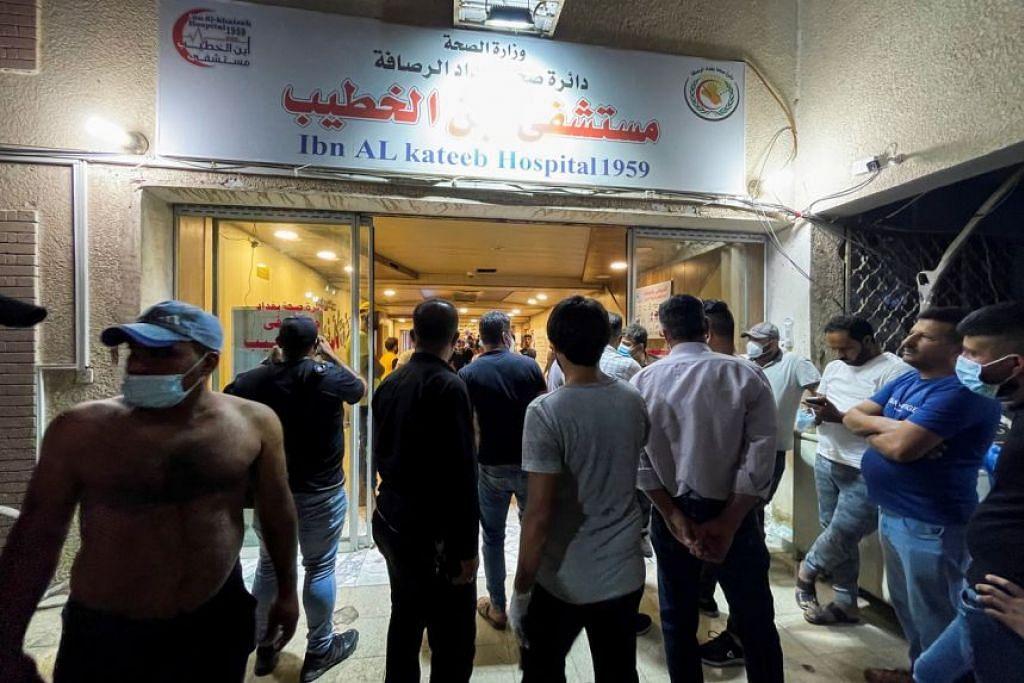 Orang ramai berkumpul di hospital Ibn al-Khatib di Baghdad selepas kebakaran berlaku ekoran satu kejadian tangki oksigen meletup. - Foto REUTERS