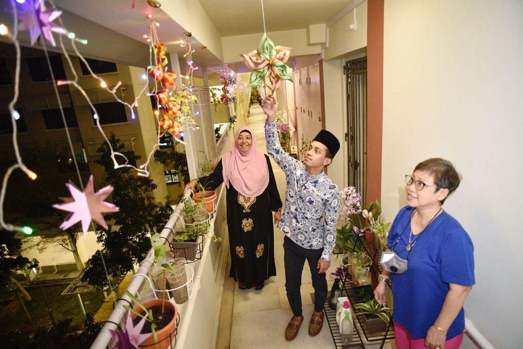SUASANA MERIAH: Kawasan koridor di Blok 117 Tampines Street 11 dihias oleh Encik Abdullah Abdul Rahim (tengah) untuk menerapkan semangat Hari Raya antara tetangga. Bersama dalam gambar ialah jiran beliau, Cik Rasidah A Rahman (kiri) dan Cik Nancy Tan. - Foto BH oleh DESMOND WEE