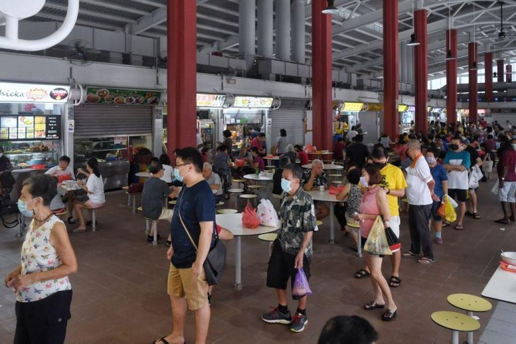 Barisan panjang dilihat di beberapa gerai di Pusat Makanan dan Pasar Kim Keat Palm di Toa Payoh.