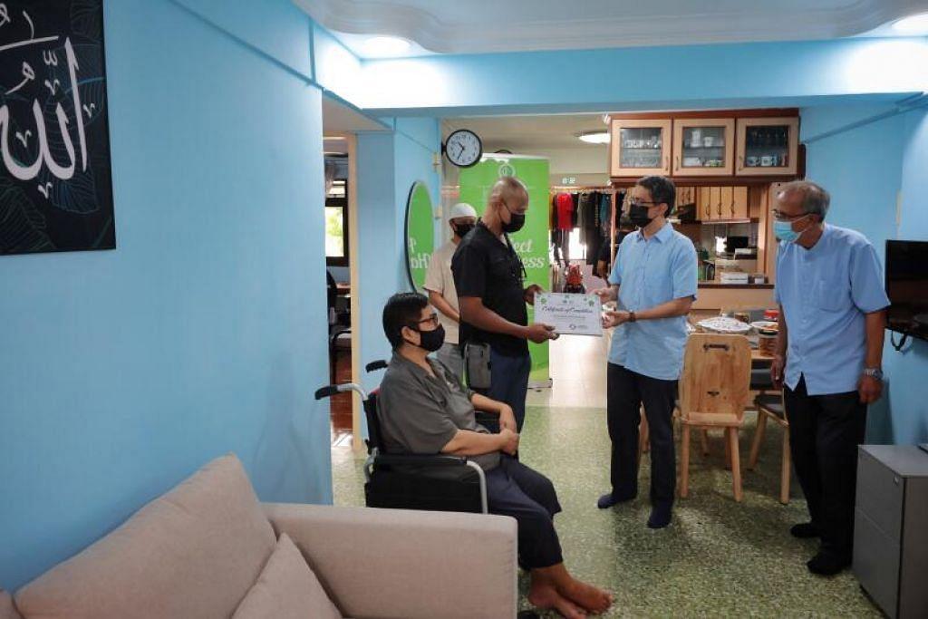 RAYA LEBIH BERMAKNA: Profesor Madya Dr Muhammad Faishal Ibrahim (dua dari kanan) menziarahi rumah Encik Anis Adam (dua dari kiri) dan isterinya Cik Shazlin Hassan semalam selepas ia diubah suai. Turut hadir adalah Pengerusi Rumah Peralihan Jamiyah, Dr Isa Hassan (kanan) dan Encik Mohd Razib Ibrahim dari Ghifari Event Management (belakang). - Foto oleh JASON QUAH