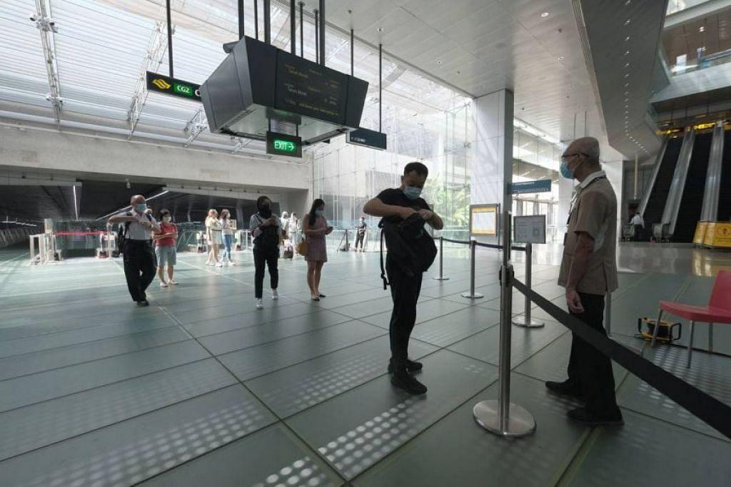 JANGKITAN MASYARAKAT TERUS MENINGKAT: Kementerian Kesihatan pada Khamis mengumumkan 24 kes jangkitan COVID-19 dalam masyarakat. Jumlah ini adalah jangkitan harian yang paling tinggi sejak Julai tahun lalu. Daripada jumlah tersebut, 17 kes berkait dengan kelompok di Lapangan Terbang Changi menjadikan jumlahnya kepada 42 kes.