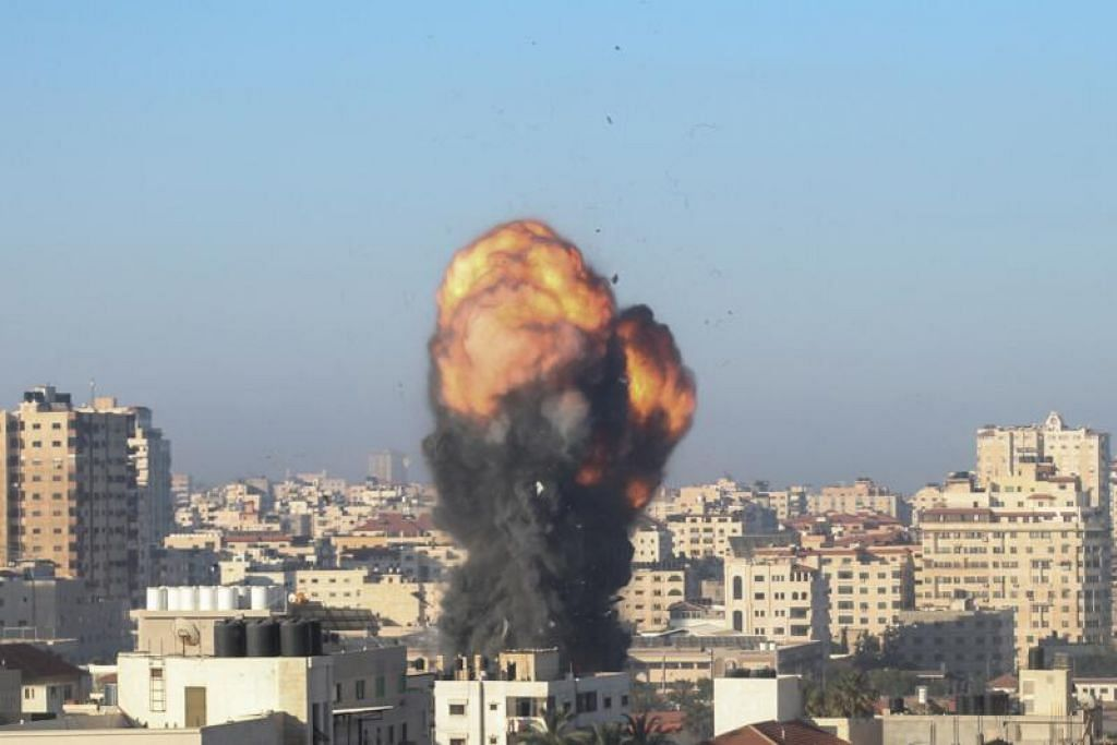 PERGOLAKAN BERTERUSAN: Bebola api dan asap berkepulan di udara dalam satu serangan udara Israel di kota Gaza yang menumpukan sasaran pada perkarangan Ansar yang dikaitkan dengan gerakan Hamas di Jalur Gaza pada awal Sabtu (15 Mei). - Foto MOHAMMED ABED / AFP