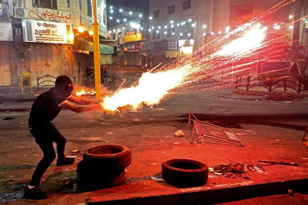 KEADAAN BERTAMBAH KACAU: Seorang penunjuk perasaan memberontak di tengah-tengah pertempuran serangan udara di Gaza yang mendapat tindak balas pejuang Hamas dengan angka kematian meningkat. - Foto HAZEM BADER/AFP
