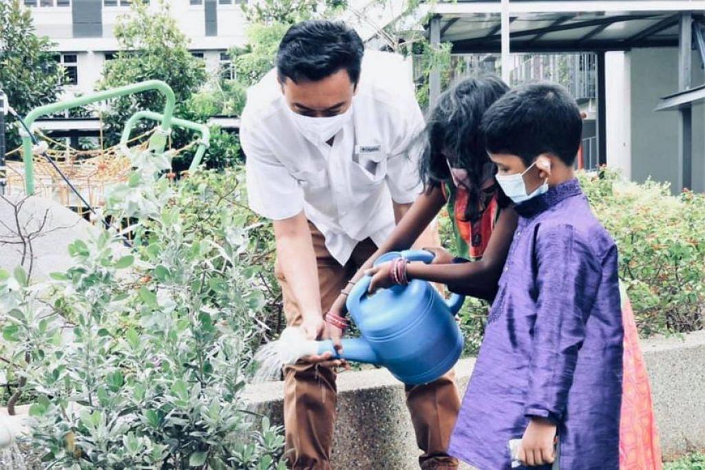 AKTIVITI MENGHIJAU: Pengerusi Majlis Bandaran Jalan Besar, Dr Wan Rizal Wan Zakariah, dalam satu acara menanam pokok pada November 2020. Beliau akan memimpin pasukan bertindak 'Action for Green Towns' (Tindakan bagi Bandar Hijau) yang baru dibentuk. - Foto PARTI TINDAKAN RAKYAT (PAP)