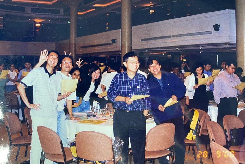 Encik Lawrence Wong (depan) bersama rakan sekerja di Unit Perancangan Fiskal MOF pada 2000. - Foto FACEBOOK/LAWRENCE WONG