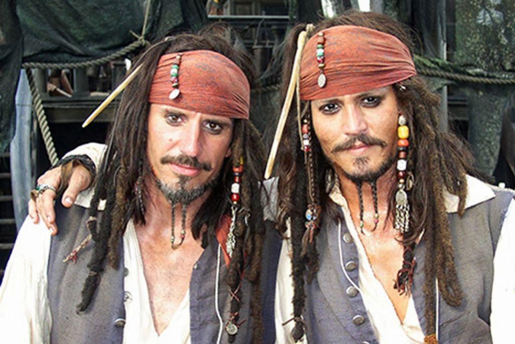 NYARIS-NYARIS HILANG NYAWA: 'Stuntman' buat Johnny Depp (kanan), Tony Angelotti hampir terkorban apabila tali yang melilit pinggangnya dalam satu babak 'Pirates of the Caribbean: Dead Man's Chest' lebih ketat terasa sehingga mencederakannya kerana kesilapan teknikal. - Foto HOLLYWOOD NEWS