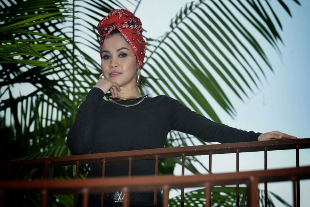 MISI PERKASA SEMANGAT POSITIF: Dalam rapper wanita Mawar Berduri yakinkan dirinya mampu relevan dalam persada hip hop yang pesat berubah, beliau juga berharap lagu-lagunya seperti 'Yang Terhebat' memperkasa pendengar dari segi bahasa dan nilai hidup. - Foto BH oleh KHALID BABA