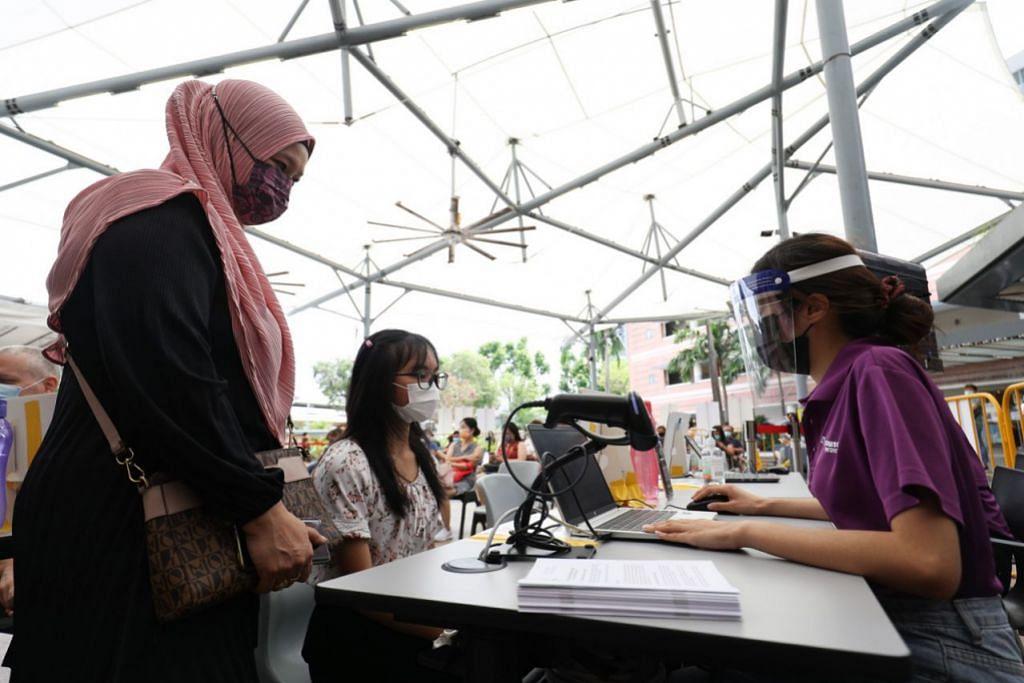PENGALAMAN DI SINGAPURA: Program vaksinasi Covid-19 bagi lebih 400,000 pelajar berusia 12 tahun dan ke atas bermula 3 Jun lalu di Singapura dengan keutamaan diberikan kepada kohort yang akan menduduki peperiksaan GCE peringkat 'N', 'O' dan 'A' tahun ini.- Foto ZAOBAO