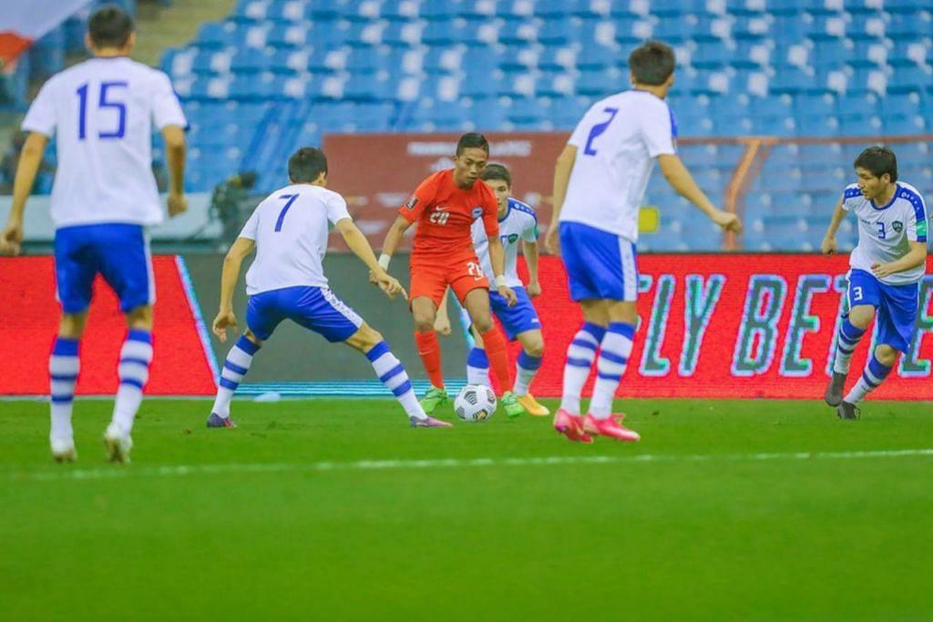 LAWAN TERLALU KUAT: Pemain Singapura Shawal Anuar dikelilingi pemain Uzbekistan dalam perlawanan di Stadium Antarabangsa Raja Fadh di Riyadh, Arab Saudi, awal pagi semalam. Singapura tewas 0-5. - Foto FAS