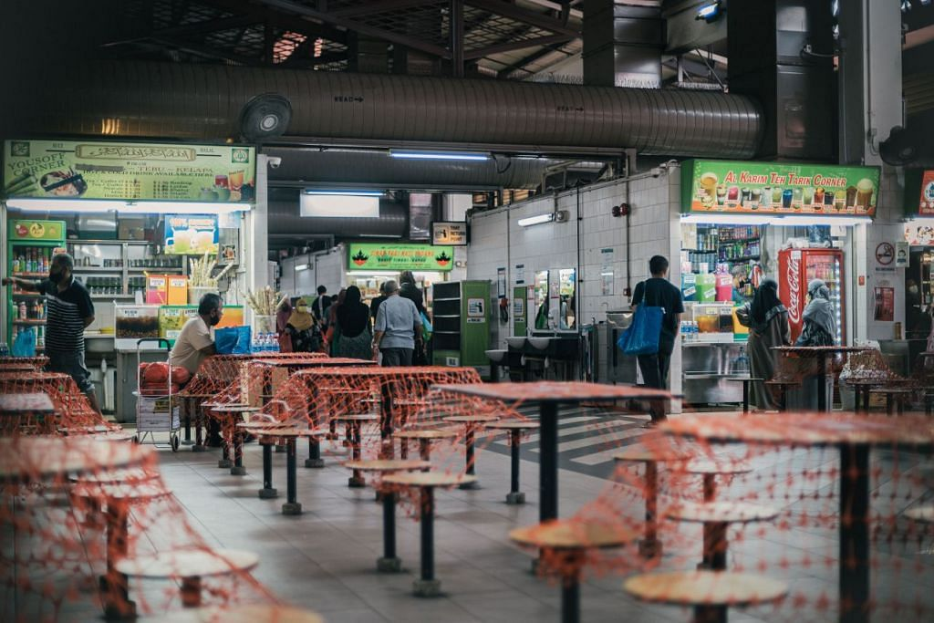 Pemilik gerai makanan di pasar itu mengaitkan kelembapan itu kepada daya membeli yang lebih lemah kali ini. - Foto BH oleh HARITH MUSTAFFA