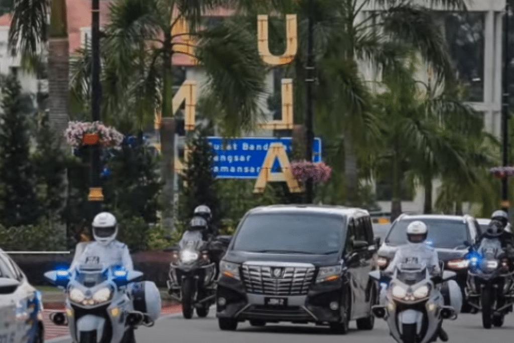 Perdana Menteri Malaysia, Tan Sri Muhyiddin Yassin tiba di Istana Negara dalam kereta Toyota Alphard hitam untuk menghadap Yang di-Pertuan Agong, Al-Sultan Abdullah Ri'ayatuddin Al-Mustafa Billah Shah pada 15 Jun 2021. - Foto tangkap layar BH TV