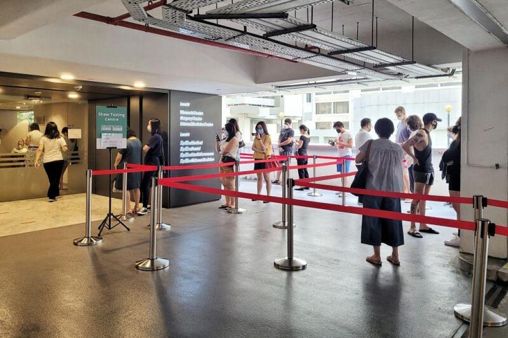 Orang ramai beratur untuk menjalani ujian Covid-19 di Raffles Medical di Shaw Centre. - Foto SHIN MIN DAILY NEWS