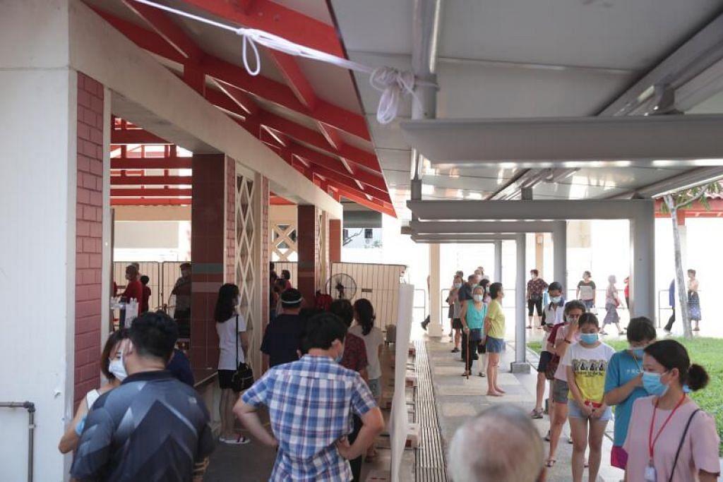 Orang ramai beratur untuk menjalani ujian Covid-19 di Blok 125A Bukit Merah View. Kelompok Pasar dan Pusat Makan 115 Bukit Merah View kini sebanyak 56 orang. - Foto oleh TIMOTHY DAVID