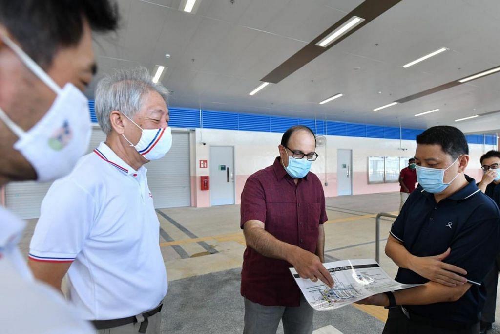 TINJAU PUSAT TUKARAN BAS: Menteri Pengangkutan, Encik S. Iswaran (dua dari kanan), bersama Menteri Kanan Teo Chee Hean (dua dari kiri), yang juga Anggota Parlimen GRC Pasir Ris-Punggol, di Pusat Tukaran Bas Pasir Ris yang dinaik taraf. - Foto FACEBOOK ENCIK S. ISWARAN