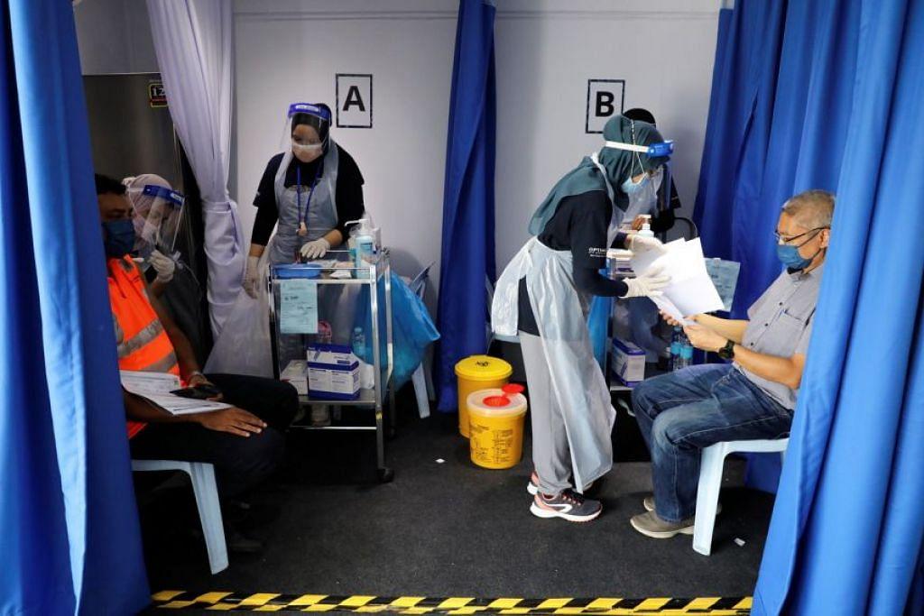 Hanya 1.6 juta orang, atau 5 peratus penduduk Malaysia telah menerima kedua-dua dos vaksin Covid-19 sehingga Ahad lalu. - Foto REUTERS