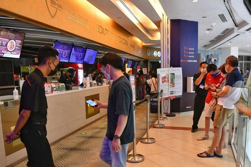 KELEGAAN BUAT PAWAGAM: Operator  pawagam di Singapura  alu-alukan langkah  membolehkan semula  penonton membeli dan  membawa masuk makanan  dan minuman ke dalam  dewan pawagam kerana ia  menambah pendapatan  yang banyak terjejas kerana  pandemik. - Foto BH oleh  CHONG JUN LIANG