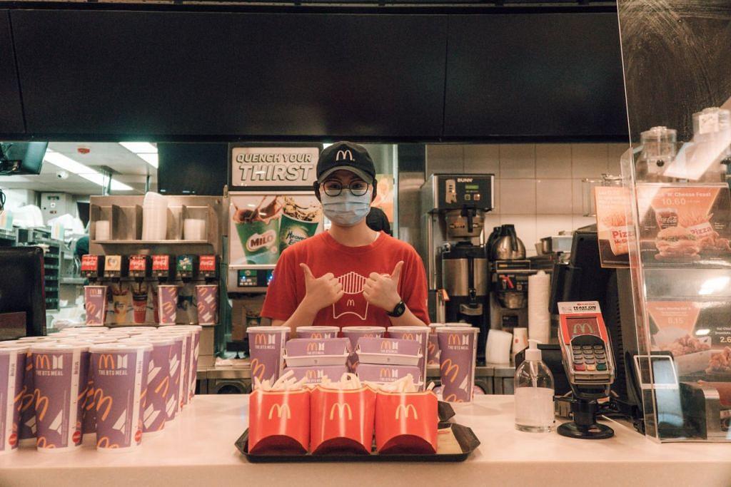 McDonald's Singapura telah mengagihkan 2,000 BTS Meal kepada pegawai yang bekerja di Zon 1 Lapangan Terbang Changi. - Foto MCDONALD'S SINGAPORE