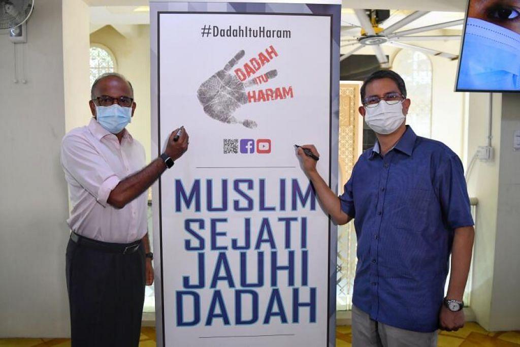 ALU-ALUKAN SOKONGAN MASJID: Encik K. Shanmugam (kiri) dan Profesor Madya Muhammad Faishal Ibrahim menandatangani kain rentang di majlis pelancaran Dadah Itu Haram 2021 di Masjid Al-Ansar. - Foto BH oleh CHONG JUN LIANG