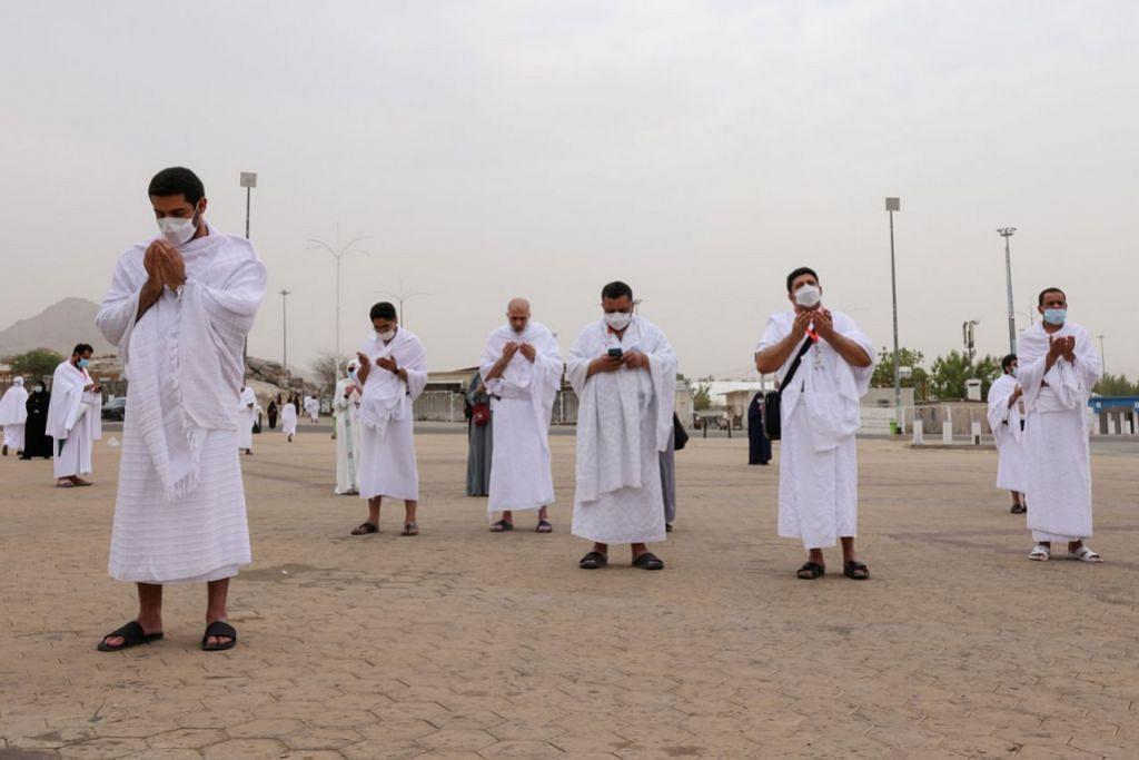 BERDOA DI ARAFAH: Para jemaah berdoa di padang Arafah. Mereka adalah antara 60,000 umat Islam yang berkumpul di padang Arafah atau Jabal Rahmah pada Hari Arafah semalam, yang merupakan kemuncak ibadah haji. - Foto REUTERS