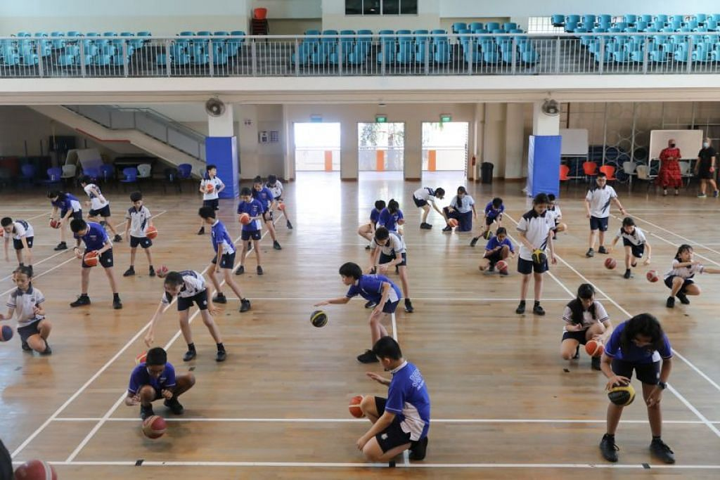 Sekolah-sekolah akan hanya mengendalikan kegiatan yang membuka pelitup secara berindividu di tempat terbuka atau ruang yang mempunyai aliran udara baik,
